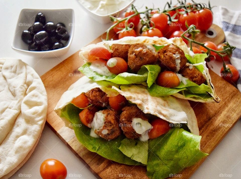 Bread and salad with meatballs
