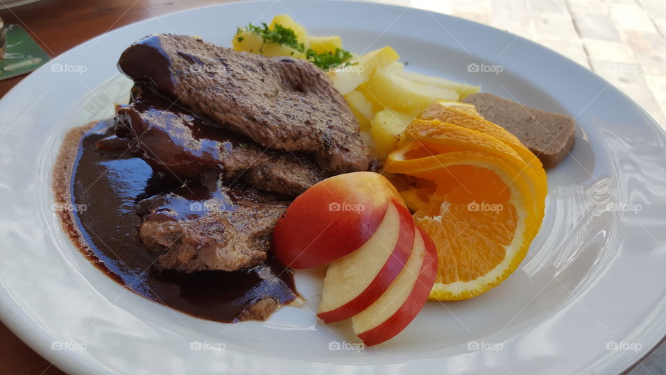 Deer Medalions with Plum Sauce, Potatoes and Fruit