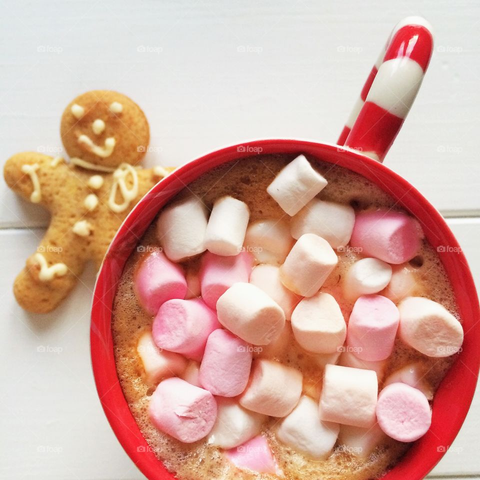 Close-up of coffee, marshmallow with gingerbread cookie