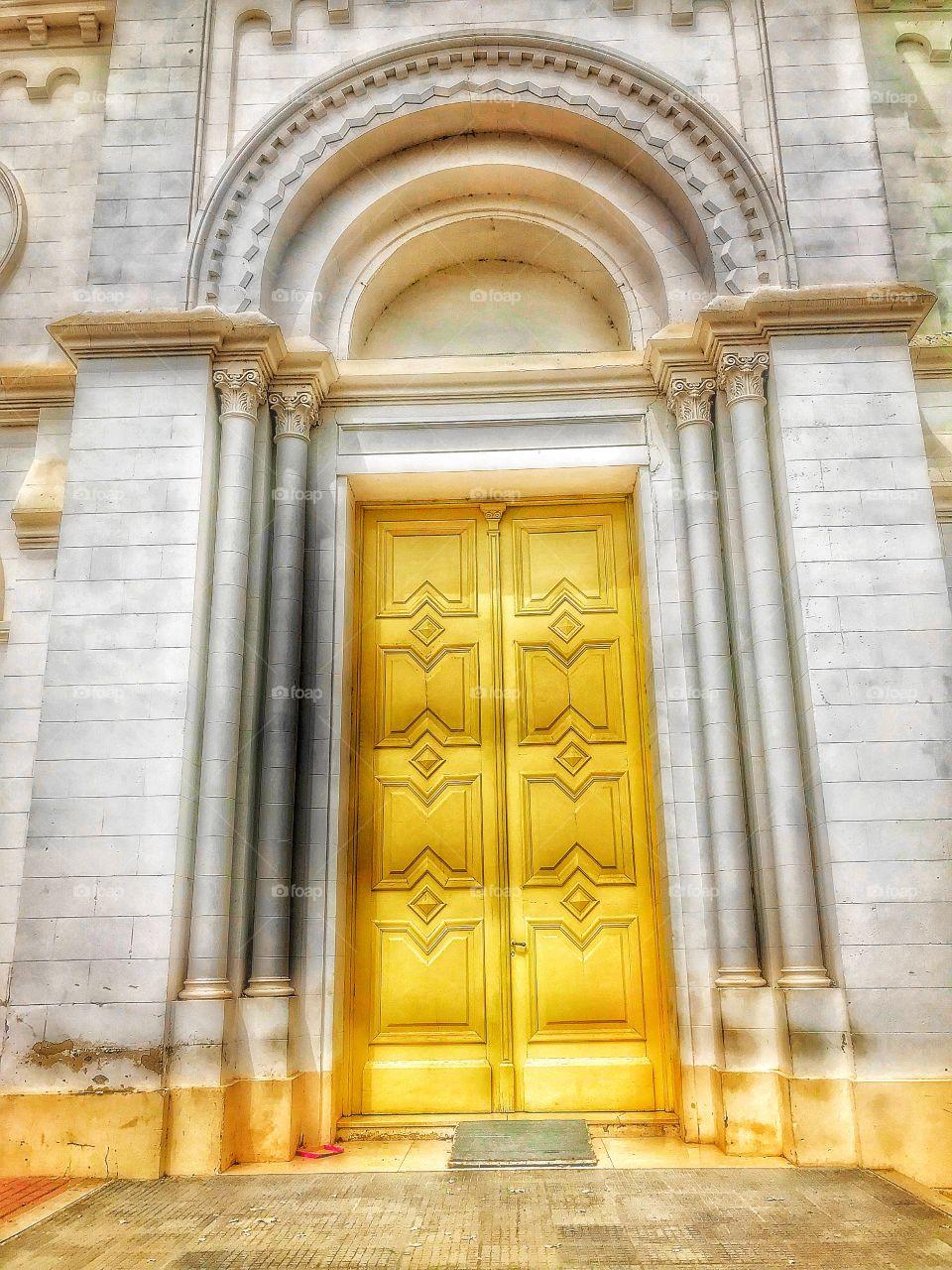 Las puertas doradas de la pequeña iglesia de mi ciudad de origen.