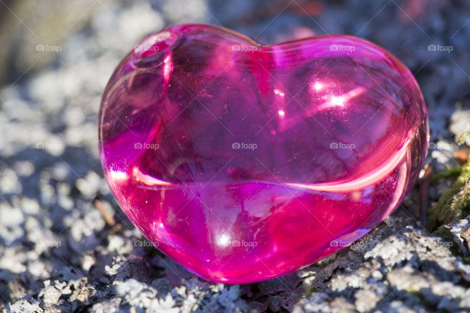 Translucent pink heart on stone - genomskinligt rosa hjärta på sten