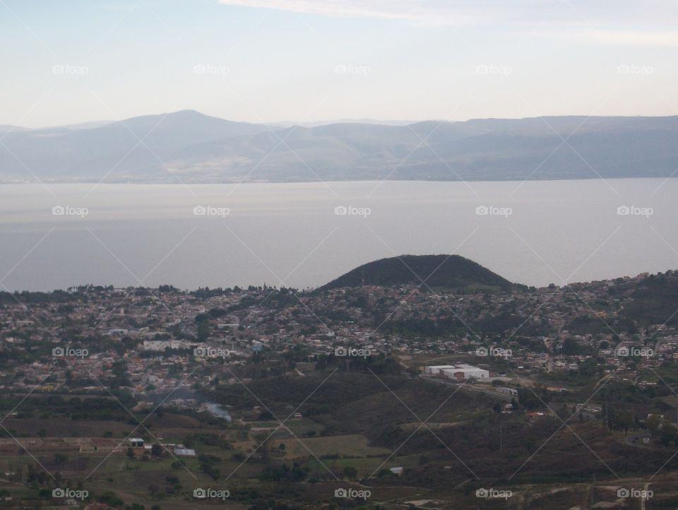 Vista panorámica de chapala y su laguna en Jalisco desde el cerro de ixtlahuacan de los membrillos
