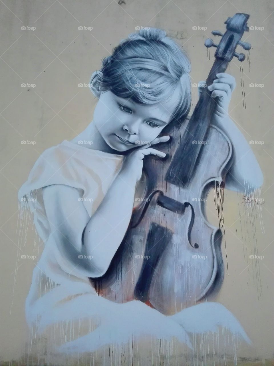 Girl with a violin, graffiti on the wall