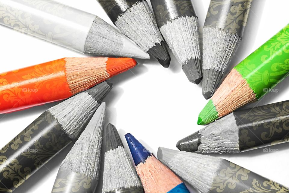orange,bleu  and green  in gris pencils colours
